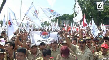 Ribuan perangkat desa berunjuk rasa di depan Istana Merdeka Jakarta Pusat. Mereka menuntut janji Presiden Jokowi mengangkat mereka jadi PNS
