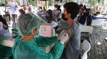 Vaksinasi COVID-19 di Taman Dadap Merah