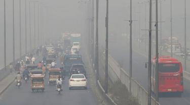 Kendaraan melaju di jalan raya saat kabut asap menyelimuti Lahore, Pakistan, Rabu (11/11/2020). Orang-orang di Lahore berisiko terkena penyakit pernapasan dan masalah terkait mata setelah kualitas udara memburuk ke tingkat yang berbahaya. (AP Photo/K.M. Chaudary)