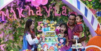 Pasangan Nia Ramadhani dan Ardie Bakrie baru saja menggelar pesta ulang tahun anak pertamanya. Ultah ke-5, Mikhayla Bakrie berlangsung meriah dengan mengusung tema Trolls pada Jumat (2/6/2017). (Nurwahyunan/Bintang.com)
