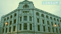 Bangunan yang coba saya denskripsikan adalah Lonsum,-London Sumatera. Sebuah kantor yang menggunakan gedung bekas Belanda.