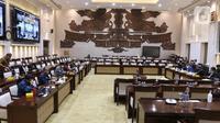 Suasana rapat kerja Menteri Keuangan Sri Mulyani dan Komisi XI DPR di Kompleks Parlemen, Senayan, Jakarta, Senin (15/3/2021). Rapat membahas konsultasi terkait usulan perubahan pengelompokan/skema barang kena pajak berupa kendaraan bermotor yang dikenai PPnBM. (Liputan6.com/Angga Yuniar)