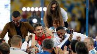 Cristiano Ronaldo berfoto bersama saat merayakan juara Liga Champions di Stadion NSK Olimpiyskiy, Ukraina (26/5). Cristiano Ronaldo berhasil membuat rekor baru sebagai pemain pertama yang meraih lima trofi Liga Champions. (AP/Sergei Grits)