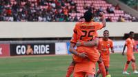 Dua pemain Persija Jakarta, Riko Simanjuntak dan Marko Simic, melakukan selebrasi di Stadion Mandala, Jayapura, Kamis (25/10/2018). Persija menang 2-1 atas Persipura. (Media Persija)