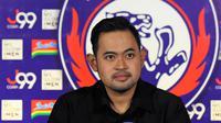 Presiden Arema FC, Gilang Widya Pramana, menyampaikan ide untuk selesaikan dualisme Arema. (Bola.com/Iwan Setiawan)