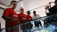 Gubernur DKI Jakarta Anies Baswedan bersama Dirut Jakpro Dwi Wahyu Daryoto melihat maket Jakarta International Stadium di Jakarta, Kamis (14/3). Stadion ini akan dibangun dengan konsep internasional. (Liputan6.com/Herman Zakharia)