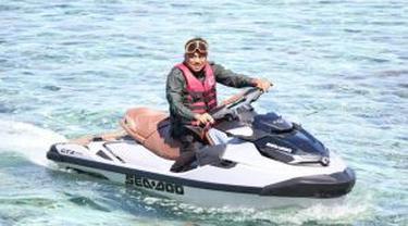 Olly menunggangi jetski membelah Teluk Manado untuk menjangkau 3 pulau di kawasan TNB Manado.