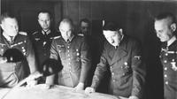 Franz Halder (paling kanan) bersama Adolf Hitler (Wikimedia Commons)