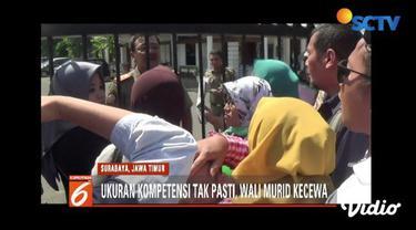 Ratusan wali murid protes penerimaan peserta didik baru melalui sistem zonasi di gedung Gradi dan Balai Kota Surabaya.