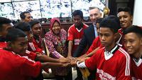 Wali Kota Surabaya Tri Rismaharini dan Wakil Wali Kota Liverpool Gary Millar bersama 10 anak yang berangkat untuk berlatih bersama The Reds. (Liputan6.com/Dian Kurniawan)