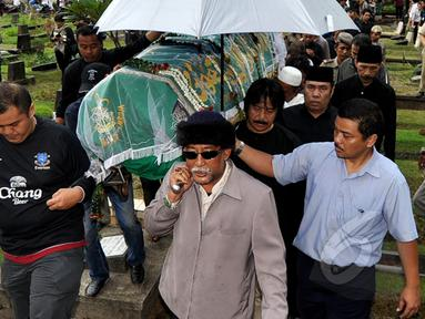 Keranda jenazah Bob Sadino saat tiba di TPU Jeruk Purut, Jakarta, Selasa (20/1/2015). (Liputan6.com/Miftahul Hayat)