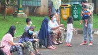 Pasien covid-19 beraktivitas di halaman Graha Wisata Ragunan, Kebagusan, Jakarta Selatan, Selasa (15/6/2021). Pemprov DKI memfungsikan kembali Graha Wisata Ragunan sebagai tempat isolasi warga terpapar COVID-19 kategori OTG sejak pekan lalu dan saat ini merawat 117 pasien. (merdeka.com/Arie Basuki)