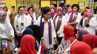 Iriana Jokowi bersama ibu-ibu meninjau pelaksanaan Pekan Deteksi Dini Kanker pada Perempuan di DKI Jakarta. (Foto: Sehat Negeriku)