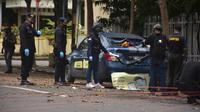 Polisi melakukan rekonstruksi sehari setelah aksi bom bunuh diri di Gereja Katedral Makassar, Senin (29/3/2021). Dua penyerang yang diyakini merupakan anggota jaringan militan yang setia kepada ISIS meledakkan diri di luar Gereja Katedral Makassar di tengah Misa Minggu Palma. (INDRA ABRIYANTO/AFP)
