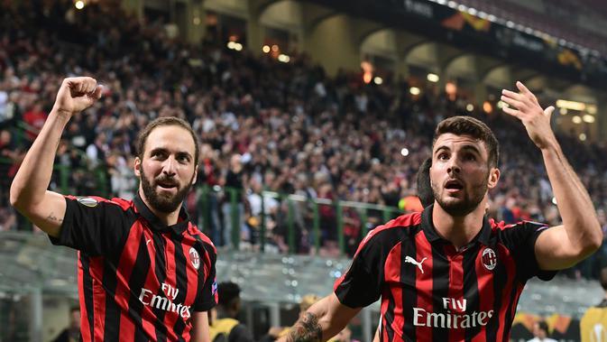 Striker AC Milan Gonzalo Higuain (kiri) dan Patrick Cutrone. (AFP/Miguel Medina)