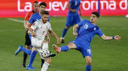 Gelandang Spanyol, Koke (kiri) berebut bola dengan gelandang Yunani, Petros Mantalos dalam laga Kualifikasi Piala Dunia 2022 Zona Eropa Grup B di Los Carmenes Stadium, Granada, Kamis (25/3/2021). Spanyol bermain imbang 1-1 dengan Yunani. (AP/Fermin Rodriguez)