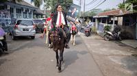 Motivator Tung Desem Waringin mempromosikan buku terbarunya berjudul 'Life Revolution' dengan berkuda di Jakarta, Kamis (7/6). Buku ini diharapkan bisa memperkaya kurikulum yang ada pada system pendidikan yang sekarang. (Liputan6.com/Faizal Fanani)
