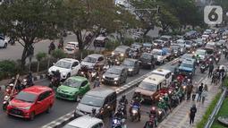 Kendaraan terjebak kemacetan di Jalan Margonda Raya, Depok, Jawa Barat, Sabtu (26/10/2019). Tingginya volume kendaraan menyebabkan jalan utama di Kota Depok tersebut tetap mengalami kemacetan, meski pengoperasian Jalan Tol Cijago Seksi II telah dilakukan. (Liputan6.com/Immanuel Antonius)