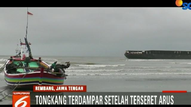 Kapal tongkang terseret ke arah timur sejauh satu mil dan baru terhenti setelah menabrak terumbu karang di pinggir pantai Desa Pangkalan.