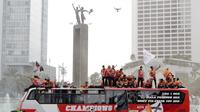 Pemain Persija Jakarta bersama The Jakmania melakukan pawai merayakan gelar Piala Liga 1 musim 2018 di Bundaran HI, Jakarta, Sabtu (15/12). Persija berhasil juara Liga 1 usai mengalahkan Mitra Kukar. (Bola.com/Yoppy Renato)