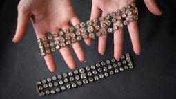 Dua gelang Ratu Prancis Marie-Antoinette diperlihatkan di Jenewa, Swiss, 6 September 2021. Gelang-gelang itu masing-masing dilapisi 112 berlian. (FABRICE COFFRINI/AFP)