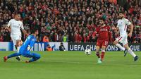 Pemain Liverpool, Mohamed Salah saat mencetak gol ke gawang AS Roma pada leg pertama semifinal Liga Champions di Stadion Anfield, Liverpool, Inggris, Selasa (24/4). Liverpool menang 5-2 atas AS Roma. (Peter Byrne/PA via AP)