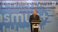 Duta Besar Uni Eropa untuk Indonesia, Vincent Guérend memberikan sambutan pada acara penerima beasiswa Erasmus+ untuk 240 mahasiswa dan dosen Indonesia di Jakarta, Sabtu (14/7). Penerima beasiswa akan menempuh studi di perguruan tinggi.(Liputan6.com)