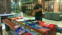 Striker PSS, Cristian Gonzales, melelang seluruh jerseynya untuk membantu korban gempa-tsunami Palu dan Donggala. (Bola.com/Ronald Seger Prabowo)