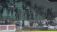 Aksi suporter PSIS Semarang melampiaskan kekesalannya atas hasil negatif melawan Persipura Jayapura di Stadion Moch Soebroto, Magelang, Selasa (6/8/2019) malam. (Bola.com/Vincentius Atmaja)