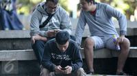 Pemain pemain game Pokemon Go berburu pokemon di area Kampus Universitas Indonesia (UI), Depok, Sabtu (6/8). Game augmented reality Pokemon Go akhirnya resmi hadir di Indonesia. (Liputan6.com/Yoppy Renato)