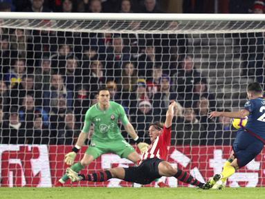 Pemain West Ham United, Lucas Perez, melepaskan tendangan saat melawan Southampton pada laga Premier League di Stadion St Mary, Kamis (27/12). West Ham United menang 2-1 atas Southampton. (AP/Andrew Matthews)