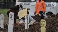 Bendera kuning terlihat di area makam korban Covid-19 di TPU Tegal Alur, Jakarta, Kamis (25/6/2020). Menurut petugas makam TPU Tegal Alur, selama masa PSBB Transisi jumlah pemakaman jenazah dengan protap Covid-19 meningkat dibanding bulan lalu. (merdeka.com/Iqbal S Nugroho)