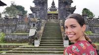Istri Dani Alves, Joana Sanz, mengunjungi Pura Besakih Karangasem. (Instagram)