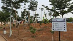 Warga berteduh di bawah salah satu pohon yang ada di area RTH/RPTRA Kalijodo, Jakarta. Selasa (24/7). Sebelumnya, warganet ramai membahas di media sosial ihwal kondisi RTH dan RPTRA Kalijodo yang terlihat terbengkalai. (Liputan6.com/Helmi Fithriansyah)