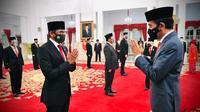 Presiden Joko Widodo (kanan) memberi selamat kepada Sandiaga Salahuddin Uno usai melantiknya sebagai Menteri Pariwisata dan Ekonomi Kreatif/Kepala Badan Pariwisata dan Ekonomi Kreatif di Istana Negara, Jakarta, Rabu (23/12/2020). (Foto: Muchlis Jr - Biro Pers Sekretariat Presiden)