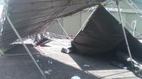 Angin kencang merobohkan tenda penonton perlombaan motor di Bogor. (Liputan6.com/Bima Firmansyah)