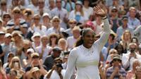 Petenis AS, Serena Williams berselebrasi setelah menang atas petenis Jerman, Julia Gorges pada semifinal Wimbledon 2018 di London, Kamis (12/7). Mantan petenis nomor 1 dunia itu melaju ke semifinal usai mengalahkan Goerges 6-2, 6-4. (AP/Tim Ireland)