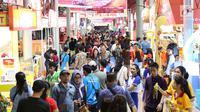 Pengunjung memadati area penyelenggaraan Jakarta Fair 2018 di JIExpo Kemayoran, Jakarta, Rabu (23/5). Jakarta Fair 2018 adalah ajang arena pameran dan hiburan terbesar se-Asia Tenggara. (Liputan6.com/Immanuel Antonius)