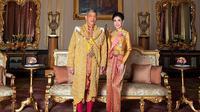 Raja Thailand Maha Vajiralongkorn dan selir kerajaan Sineenat Wongvajirapakdi. (dok. AFP PHOTO / THAILAND'S ROYAL OFFICE)