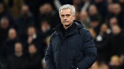 2. Jose Mourinho (Chelsea) - Pada musim 2014-2015 The Special One berhasil membawa Chelsea menjuarai Liga Inggris. Namun, karena permasalahan internal klub, Mourinho akhirnya dipecat pada 17 Desember 2015. (AFP/Glyn Kirk)