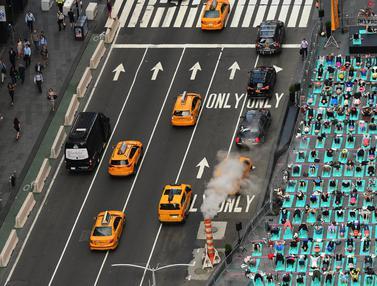 20170621-Serunya Yoga di Tengah Jalanan Times Square-AFP