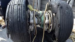 Kondisi roda pesawat Lion Air PK-LQP dengan nomor penerbangan JT 610 yang ditemukan di perairan Tanjung Karawang, Jawa Barat, Jumat (2/11). Roda ditemukan di lokasi dekat penemuan black box Lion Air atau kotak hitam. (ADEK BERRY/AFP)