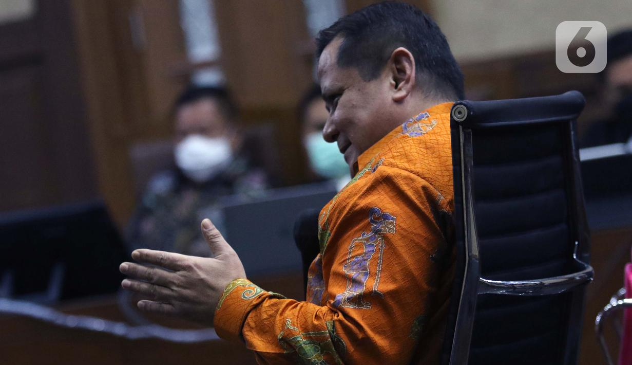 Irjen (Pol) Napoleon Bonaparte saat menjadi saksi dalam sidang lanjutan dugaan perantara suap penghapusan red notice Djoko Tjandra dengan terdakwa Tommy Sumardi di Pengadilan Tipikor, Jakarta, Selasa (24/11/2020). Sidang beragenda mendengar keterangan saksi. (Liputan6.com/Helmi Fithriansyah)