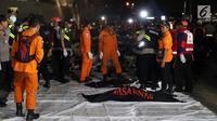 Personil SAR Gabungan bersiap mengindetifikasi kantong jenasah yang diturunkan dari KN SAR Sadewa di Pelabuhan JICT 2, Jakarta, Rabu (31/10). 189 orang menjadi korban jatuhnya pesawat Lion Air JT-610, Senin (29/10) lalu. (Liputan6.com/Helmi Fithriansyah)