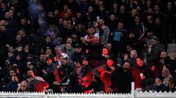 Flare dilemparkan ke arah suporter Ajax Amsterdam sebelum pertandingan Liga Champions melawan AEK Athena di Stadion Olimpiade Athena, Selasa (27/11). Suporter tuan rumah melempar flare dan bom molotov ke arah tribun suporter Ajax. (AP/Thanassis Stavrakis)