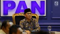Ketua F-PAN DPR Yandri Susanto saat menerima Gerakan Aliansi Menolak Pertambangan Gunung Gede dan Merdeka Banten di Jakarta, Rabu (20/3). Masyarakat berharap permasalahan Gunung Gede dan Gunung Merdeka cepat terselesaikan. (Liputan6.com/JohanTallo)