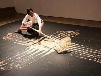Seniman membuat karya seni Our Labyrinth di Museum MACAN, Jakarta (14/2). Pameran bertajuk Masa Lalu Belumlah Berlalu menghadirkan 70 karya seni yang diciptakan sejak tahun 1980, berlangsung hingga 10 Maret 2019. (Liputan6.com/Fery Pradolo)