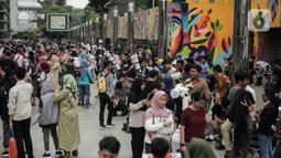 Suasana saat para pengunjung mengamati gerhana matahari cincin di Planetarium Taman Ismail Marzuki, Jakarta, Kamis (26/12/2019). Planetarium menyediakan sekitar 10 teleskop dan kacamata khusus agar pengunjung bisa menyaksikan gerhana matahari cincin dengan aman. (Liputan6.com/Faizal Fanani)