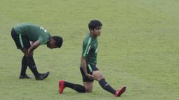Pemain Timnas Indonesia U-23, Samuel Christianson, melakukan pemanasan saat latihan di Stadion Madya, Jakarta, Rabu (13/3). Latihan ini merupakan persiapan jelang Kualifikasi Piala AFC U-23. (Bola.com/Vitalis Yogi Trisna)