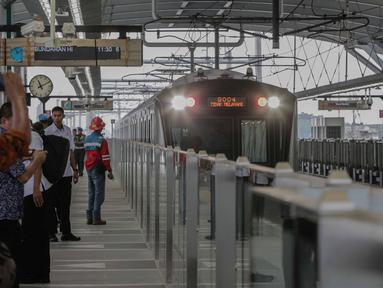 Kereta Mass Rapid Transit (MRT) melintasi rute Bundaran HI-Lebak Bulus, Jakarta, Rabu (20/2). Pembangunan MRT Jakarta Fase I sudah mencapai 98,59 persen. (Liputan6.com/Faizal Fanani)